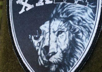 XXIII prinditud embleem takjaalusega